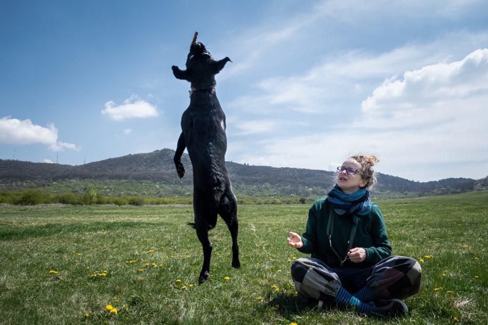 Udvarhelyi Tessza es Sara kutya foto@CsoszoGabriella 8162 scaled